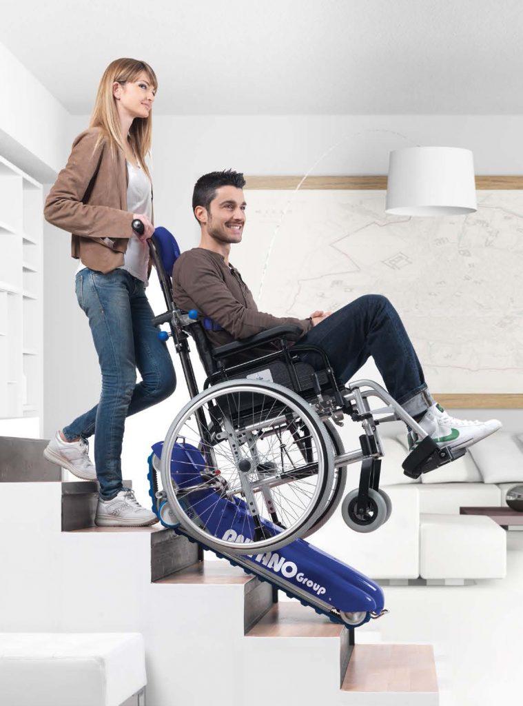 Montascale a cingoli per carrozzina per disabili e anziani for Silla oruga salvaescaleras